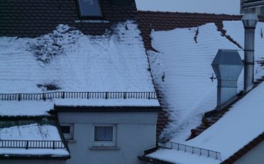 Metal Roof vs Shingles in Cold Climate – Which Should I Choose?